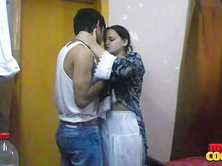 مرد سیاه خروس سیاه دانلود فیلم سکسی خارجی داستانی را در توالت می خورد