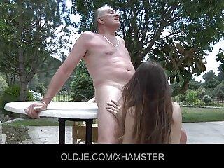 مرد دانلود برنامه پخش کننده فیلم سکسی سعی می کند تا در خاله مرغ خود پمپ کند