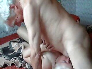 یک موی سرخ با یک بیدمشک مودار یک دوست را روی مبل دانلود فیلم سکسی کوتاه می پیچاند